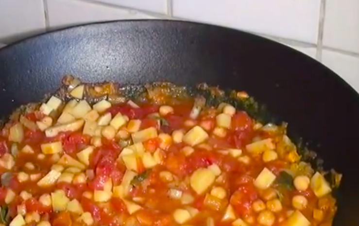 Indisches Curry mit Kichererbsen, Tomaten und Kartoffeln